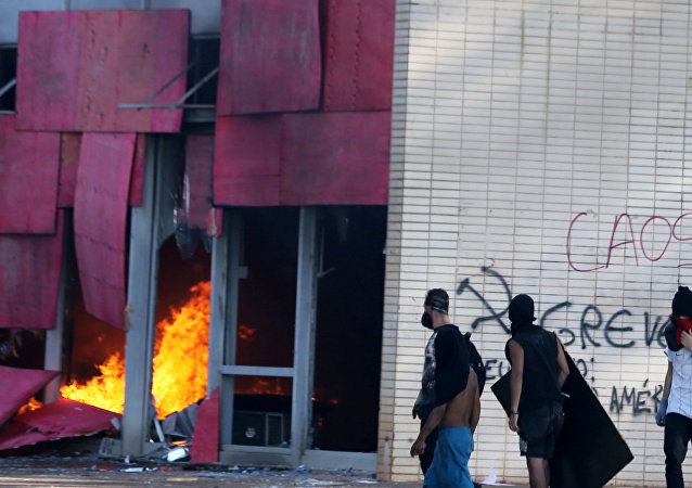 Manifestantes contra Temer incendian sede del Ministerio de Agricultura de Brasil