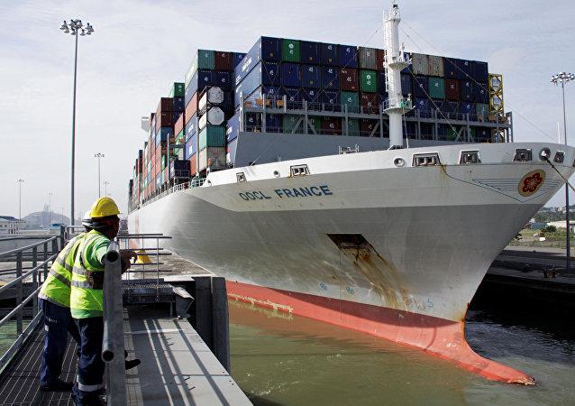 Portacontenedor OOCL France en Canal de Panamá