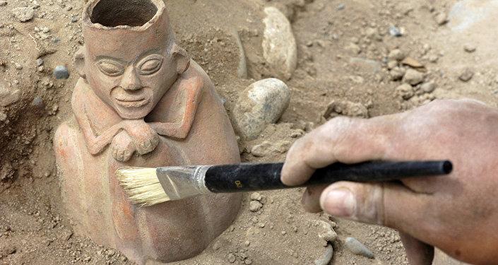 Artefacto arqueológico en Huaca Santa Cruz, Perú