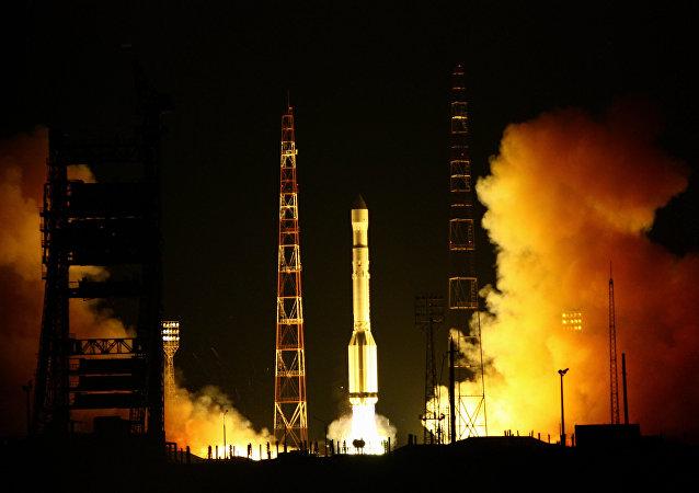 Lanzamiento del cohete Protón-M desde el cosmódromo de Baikonur