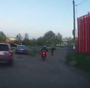 Una mujer atrapa a un ladrón a golpe de bolso