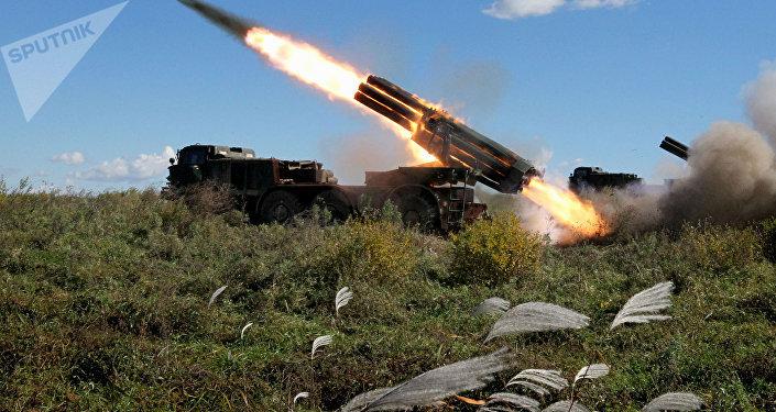 El sistema BM-27 Uragán, durante los ejercicios de las unidades de artillería del 5º Ejército de las Fuerzas Armadas rusas en la región de Primorie