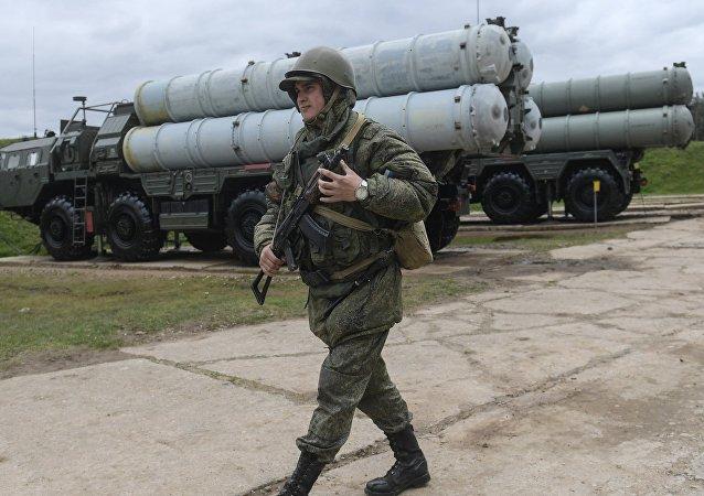 Un militar ruso junto al sistema S-400