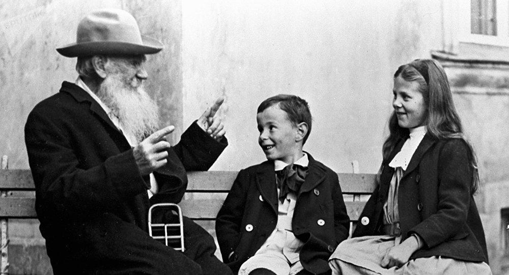 León Tolstói, escritor ruso, con sus nietos Ilia (centro) y Sonia (drcha.)
