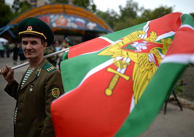 Un militar de Guardia Fronteriza con la bandera (archivo)