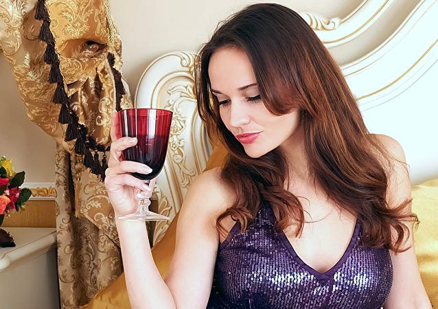 Una mujer con una copa de vino