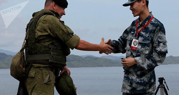 Un soldado ruso (izda.) y un soldado chino (drcha.) durante las maniobras ruso-chinas en Vladisvostok