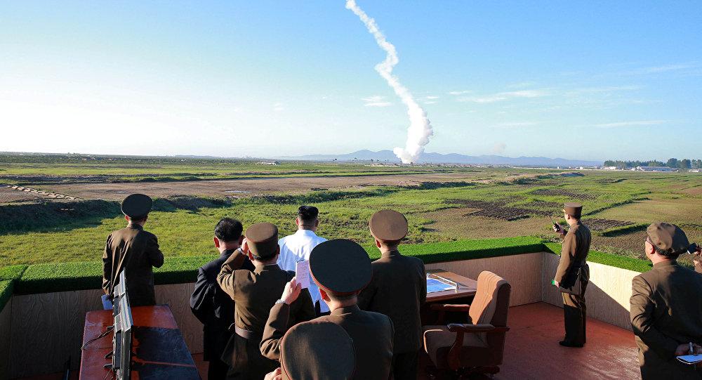 Kim Jong-un, líder norcoreano, presenciando el ensayo de un misil (archivo)