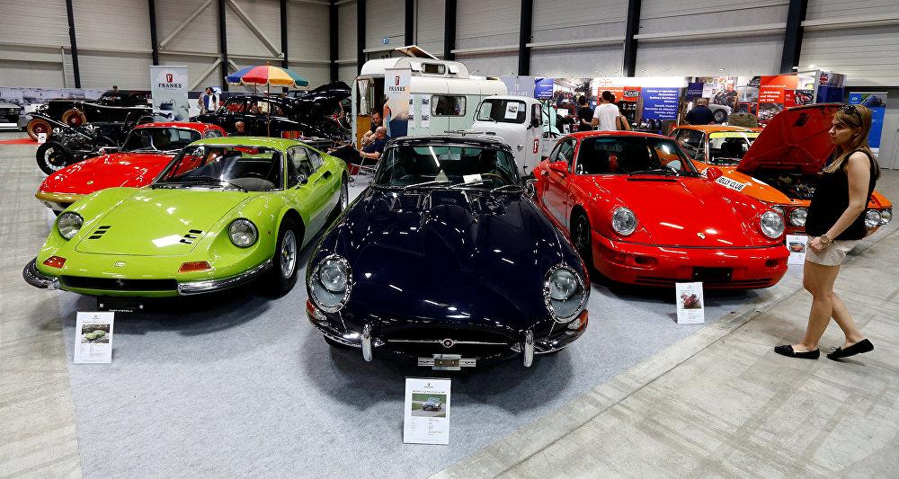 Lucerna presume de automóviles retro en una exposición