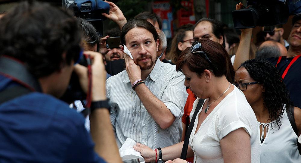 Pablo Iglesias, líder de Podemos, limpiandose la cara tras recibir el impacto de un huevo