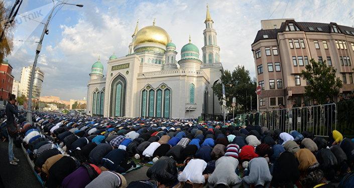 Fieles musulmanes rezan en las cercanías de la Mezquita Catedral de Moscú durante la Celebración del Sacrificio, 24 de septiembre de 2015