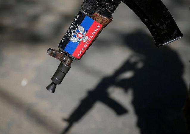 Fusil con la bandera de RPD (archivo)
