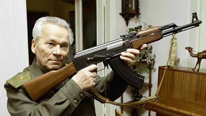 Mijaíl Kaláshnikov con el AK-47