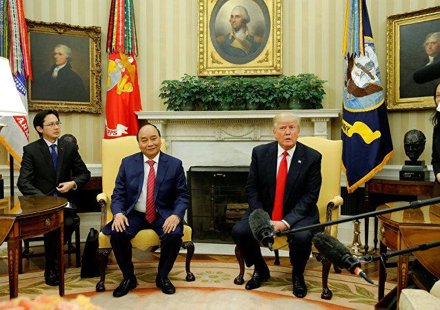 El presidente estadounidense, Donald Trump, con su homólogo vietnamita Nguyen Xuan Puc