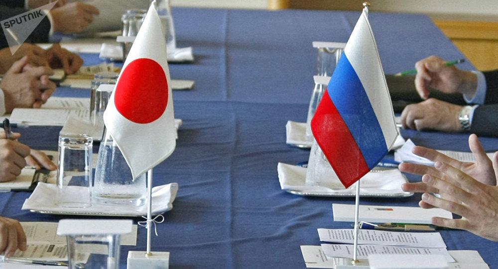 Banderas de Rusia y de Japón (archivo)