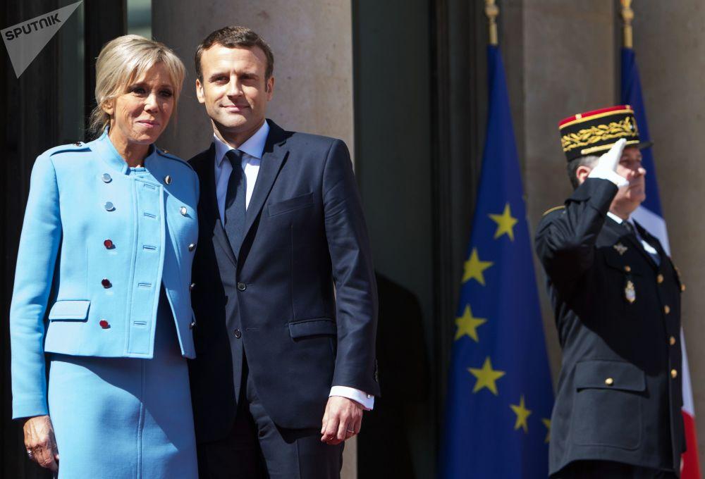 El presidente francés Emmanuel Macron con su esposa Brigitte después de la ceremonia de investidura en París