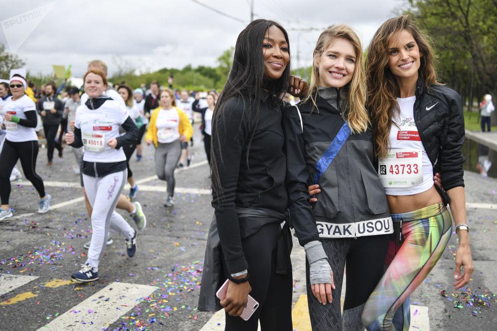 La modelo Naomi Campbell, la fundadora del fondo 'Corazones desnudos' Natalia Vodiánova y la modelo Izabel Goulart, en el maratón 'Corazones que corren'