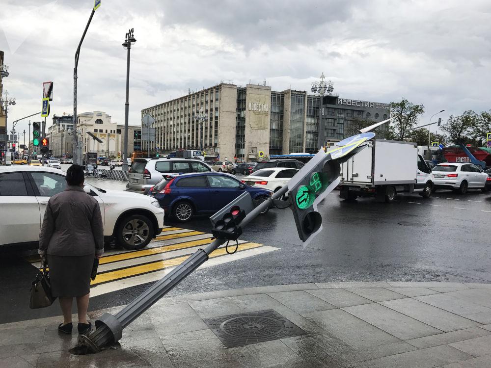 Semáforo dañado por el huracán cerca de la calle Tverskaya en Moscú
