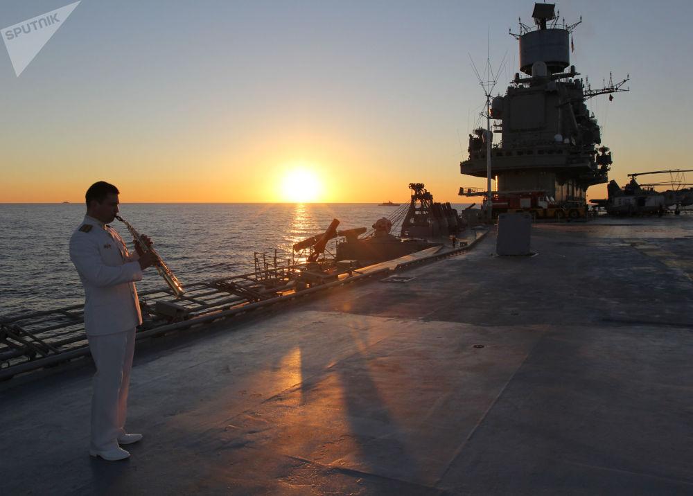 Un marinero en la cubierta del crucero portaviones Almirante Kuznetsov en el mar Mediterráneo, 2016
