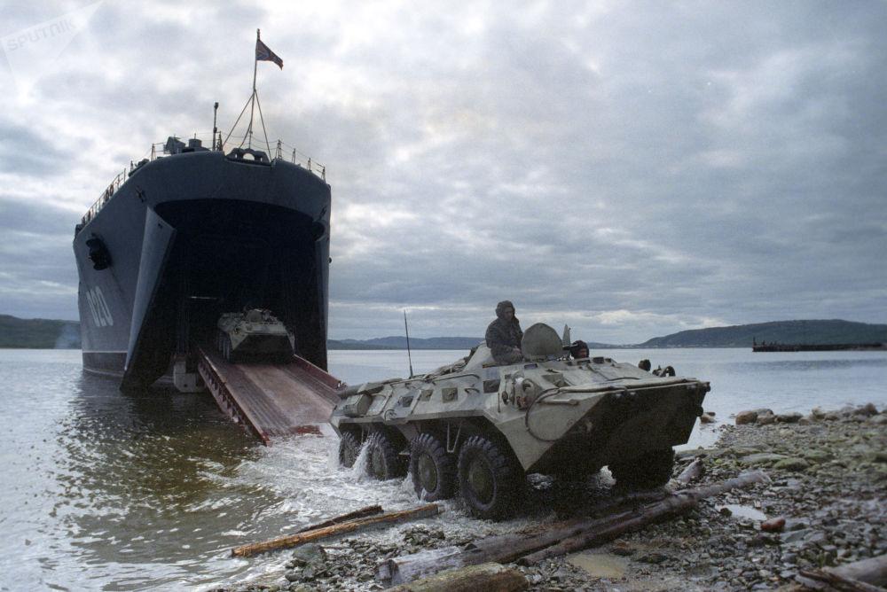 El desembarque de entrenamiento de las tropas de la Flota del Norte desde la nave Mitrofan Moskalenkko en el mar de Barents, 1994