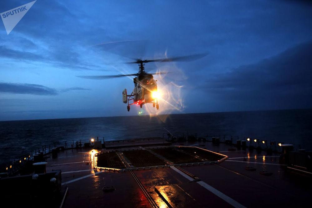 Helicópteros KA-27 tras efectuar vuelos de noche en la parte noreste del Atlántico, 2008