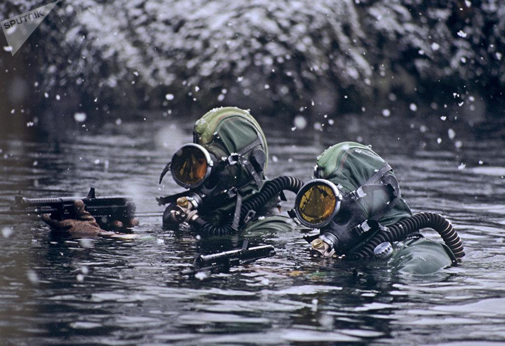 Los soldados de la unidad de las fuerzas submarinas durante una tarea de combate en el mar de Barents, 1996