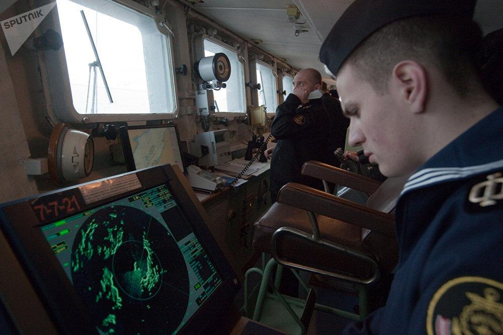 Un marinero del buque antisubmarino Vicealmirante Kulakov, controlando los datos del radar en el puente de mando, 2011