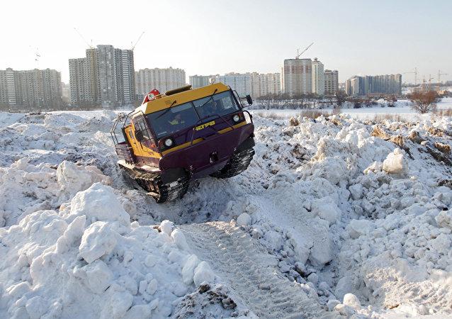 Todoterreno de orugas ruso Chetra TM140
