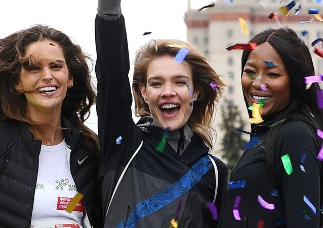 La directora creativa de la compañía Podium Market, Polina Kitsenko; la modelo Izabel Goulart; la fundadora del fondo 'Corazones desnudos', Natalia Vodiánova, y la modelo Naomi Campbell, antes del inicio del maratón solidario 'Corazones que corren', en Moscú