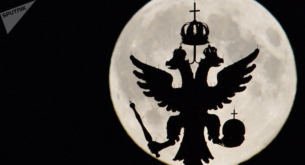 La silueta del escudo de Rusia en Kremlin