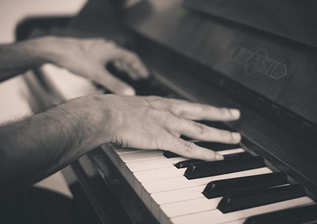 Un hombre tocando piano (imagen referencial)
