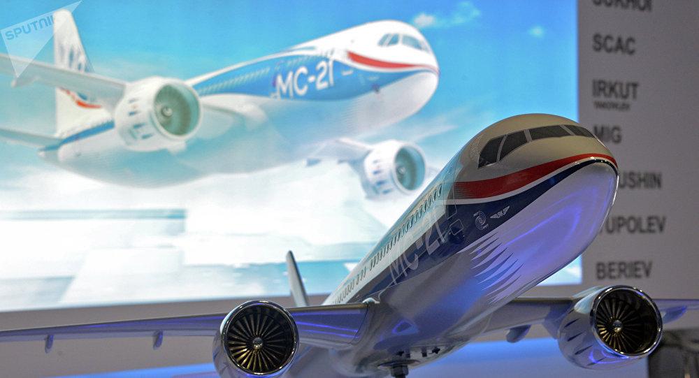 Modelo de un avión MC-21