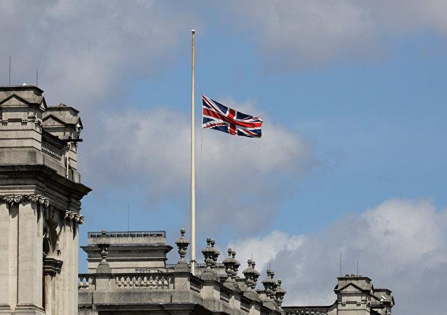 La bandera del Reino Unido izada a media asta