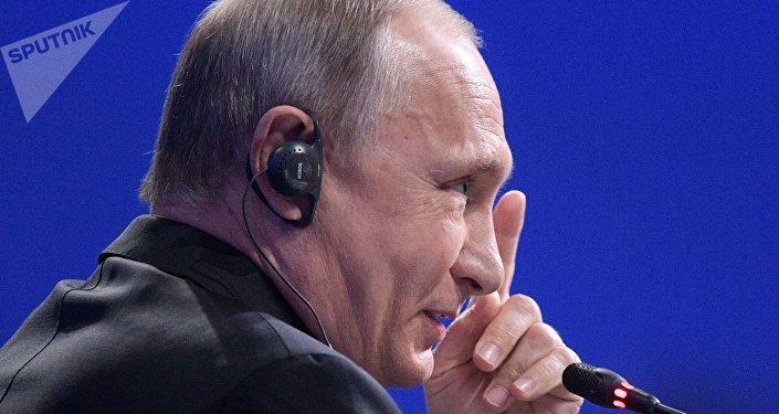 Oliver Stone: ningún presidente de EEUU ha trabajado tanto como Putin