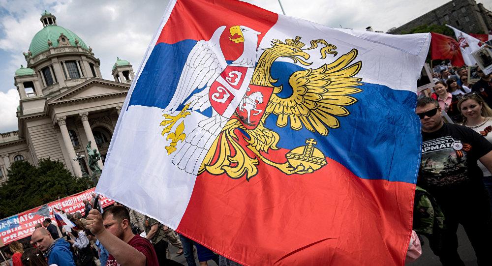 Combinación de las banderas de Rusia y Serbia (archivo)