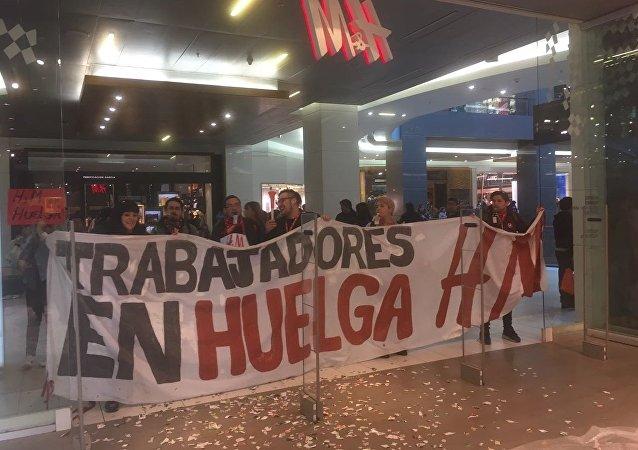 Trabajadores de H&M hacen huelga y protestan en Santiago de Chile