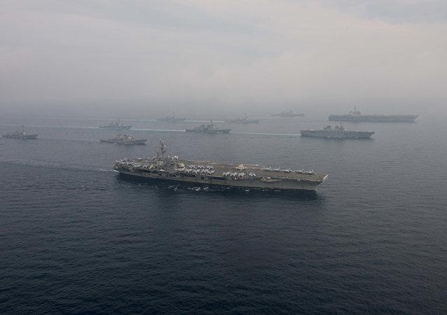 Los portaviones estadounidenses USS Carl Vinson y USS Ronald Reagan en el mar del Japón