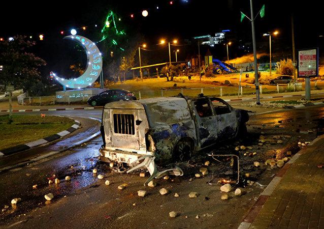 El coche de la policía quemado en Kafr Qasem, Israel