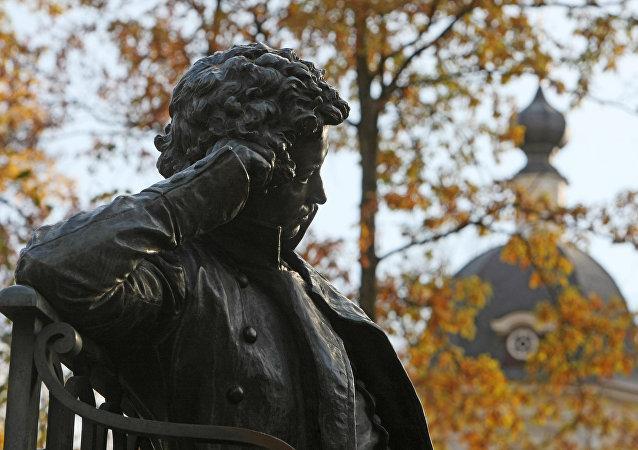 Una estatua de Aleksandr Pushkin, gran escritor y poeta ruso