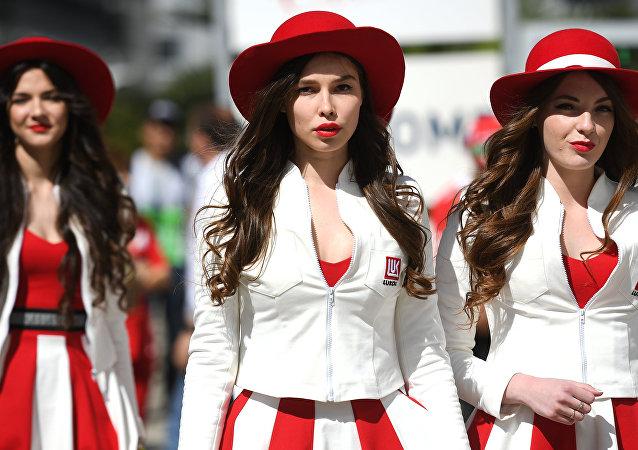 Mujeres rusas antes del inicio del  'Grand Prix' de Rusia 2017