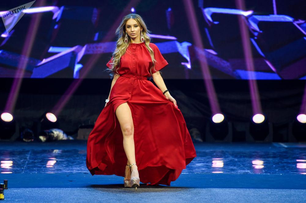 Shushán Eritsián desfila durante el Miss CEI 2017