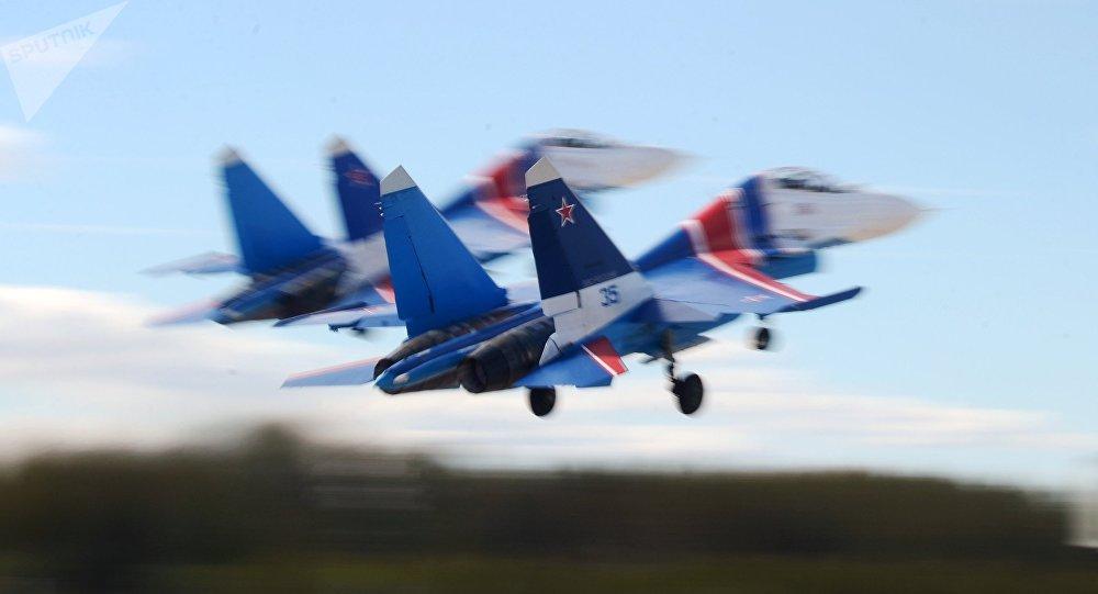 Aviones polivalentes Su-30SM del equipo de acrobacia aérea Caballeros rusos