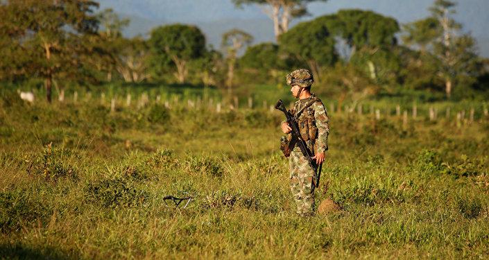 Un militar colombiano en una región ocupada por los guerrilleros de FARC