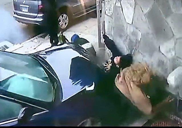 Una heroica mujer salva a un niño de ser atropellado por un coche