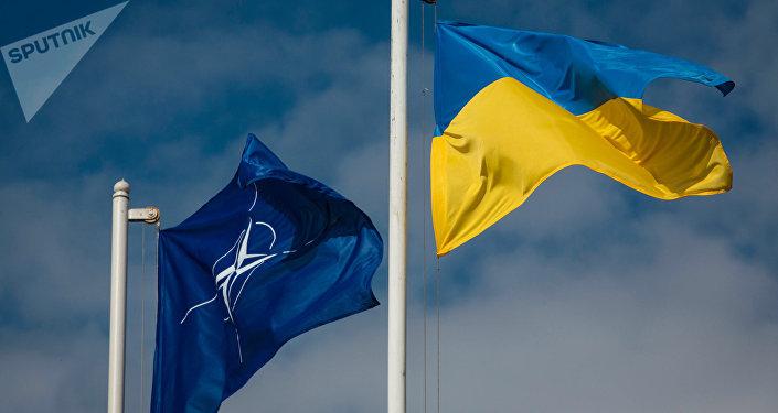 Las banderas de Ucrania y la OTAN