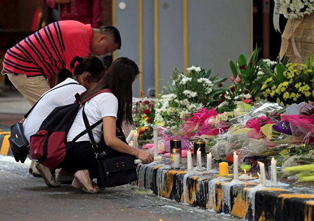 Flores en memoria de las víctimas causadas por el asaltante del casino de Manila, Filipinas