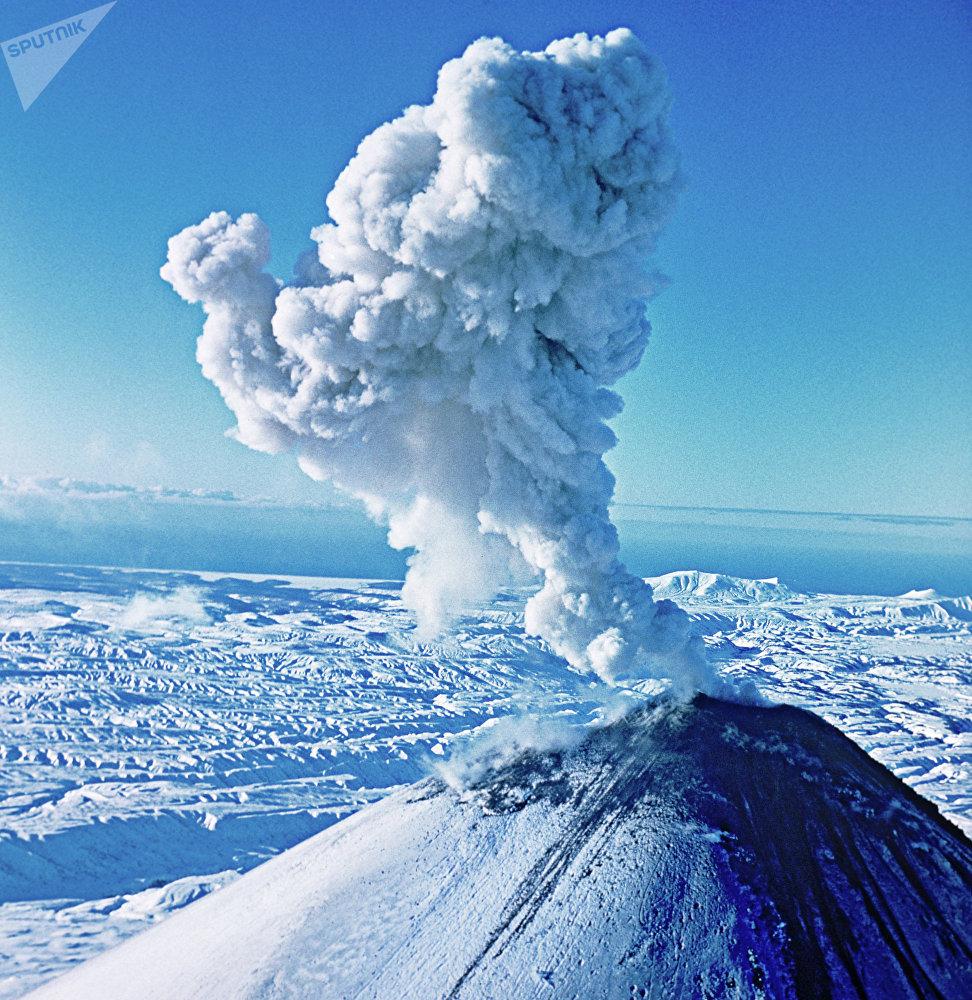 Un volcán lanza cenizas