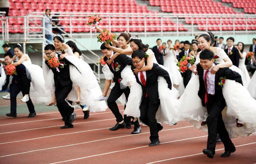 Una competición entre recién casados, tras la ceremonia de boda de 64 parejas de estudiantes, en el Instituto de Tecnología de Harbin, China