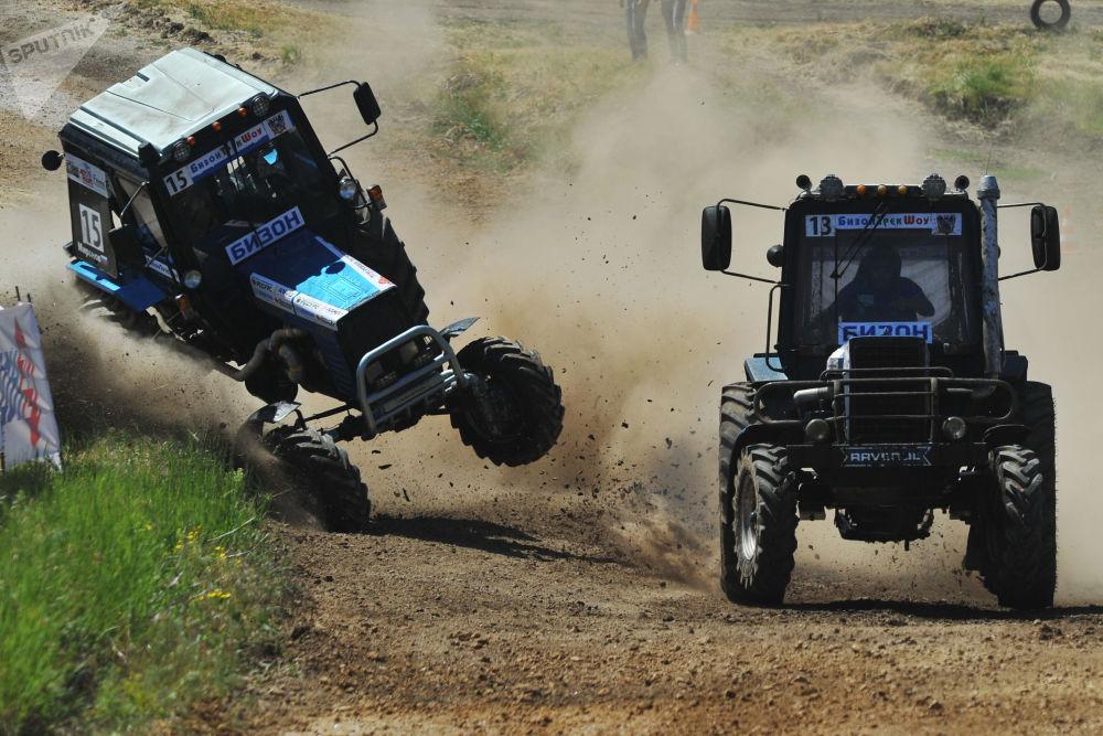Los participantes de la carrera de tractores 'Bison Track Show' en la óblast de Rostov, Rusia