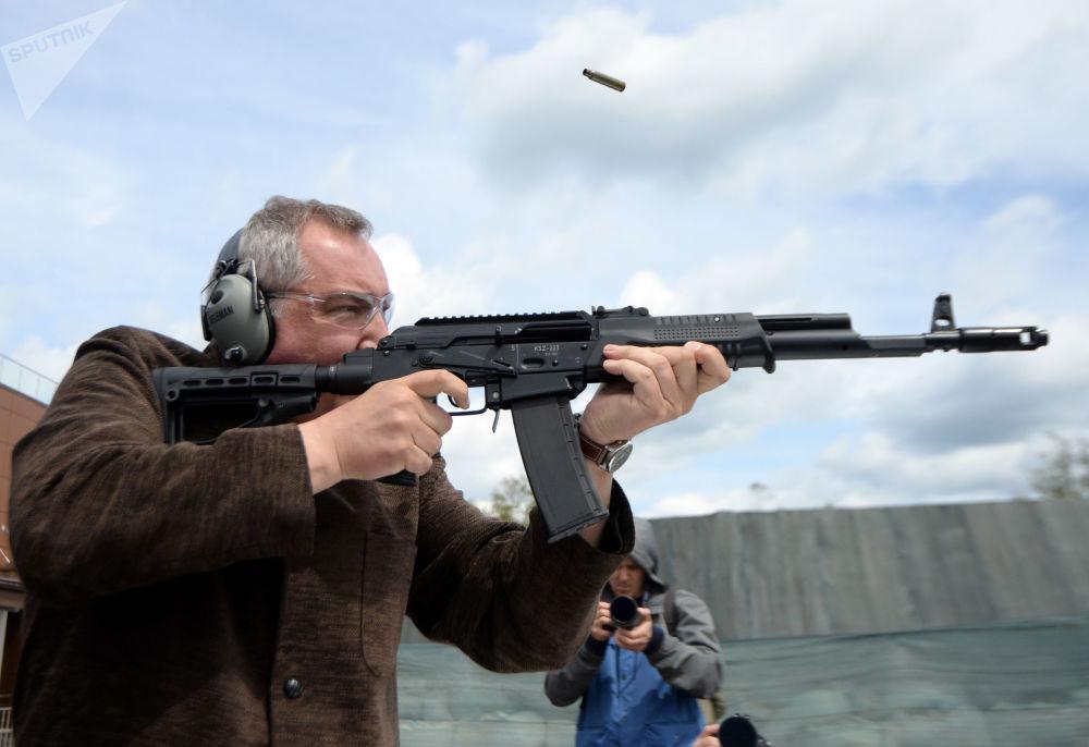 Dmitri Rogozin, vice primer ministro ruso, dispara el fusil semiautomático Saiga KSZ 223 en la ceremonia de apertura del primer campeonato mundial de tiro práctico con rifle, en las afueras de Moscú